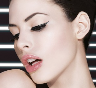 Eye_Studio_Hyper_Glossy_Liquid_Liner_model