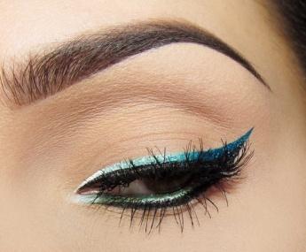 metallic-blue-eyeliner