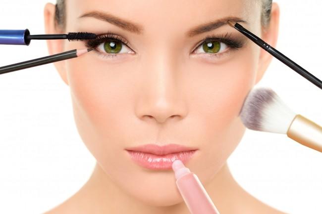 6-errores-que-cometes-con-el-maquillaje-que-te-hacen-lucir-de-más-edad-650x433